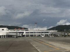 奄美空港到着 空はどんより曇ってます。