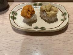 新千歳空港到着後は立ち食い寿司でウニの食べ比べ。 ムラサキウニとバフンウニでした。