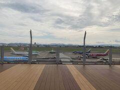 スタートはFDAがズラリと並ぶ小牧空港から。 左側手前の水色とは新千歳空港で再会しました。
