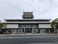 またバスに乗って移動 奈良県庁前で下車  この建物かっこいいですね