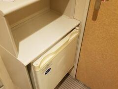 宿泊は品川プリンスのメインタワーでした。  なぜか玄関に冷蔵庫で謎の造り・・・