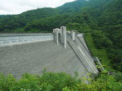 まずは四万川ダム。重力式コンクリートダムで、堤高89.5mというのは群馬県が運営するダムとしては最も高いそうです。堤頂長は330m。
