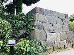 『日比谷見附跡』。  見附というのは、おもに城の外郭に設けられた警備のための城門のことだそうです。