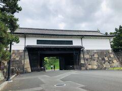 『旧江戸城外桜田門』。  警視庁はここの前にあるから、俗に桜田門と言うのですよね(・∀・)。
