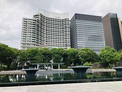 和田倉噴水公園まで歩いてきました。  奥に見えているのが、本日宿泊する『パレスホテル東京』です。トランプさんが来日した時に宿泊して、ちょっと話題になってましたね♪  丸の内1ー1ー1というすごい立地です。