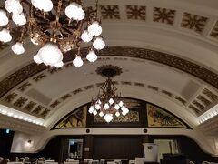 週末も阪急のレストラン街がオープンしたということで 久しぶりに食べに行ったら、同じように考えている人が多いのか 12階はほぼどこも行列でした・・・  ということで普段あまり行かない13階に行ってみたら すぐ入れそうだったので、初めてのこちらへ  阪急電車の旧校舎?を移築したのかな? とても広くなかなかおもしろい空間でした。