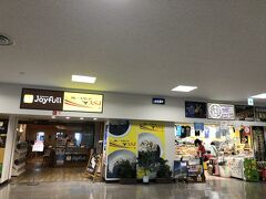 空港内唯一の飲食店とお土産屋さんです。