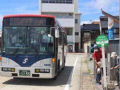 伝承館から約1時間で、佐渡の南端の大きな町・小木に到着。 南佐渡観光案内所と一体となったバスターミナル。 ここでさらに宿根木方面へのバスに乗り換え。