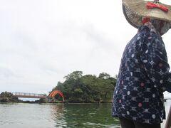 小木の名物、たらい船。 小木市街、宿根木でも乗ることができますが、やはりここが本場。 観光客用は少し大きめのたらい船ですが、女性の船頭さんがたらい船を漕いで湾内を一周してくれます。