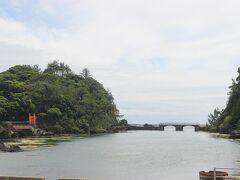 宿根木から小木へバスで戻る途中、矢島・経島で途中下車。 赤い橋が印象的な風景のいいところです。