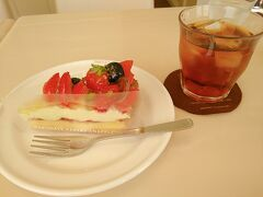 スナッフルス2階のカフェで休憩 いつものミルクレープ…の横にあったタルトに。 ケーキとアイスティで800円。お手頃! 自宅用にクッキーバラの詰め合わせを購入。
