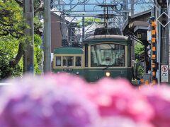 江ノ電は単線なのですが、4つのすれ違い駅があります。長谷駅もそのひとつで先ほどの300形と鎌倉→藤沢行きのすれ違いをパチリ。 いや~、満足、満足(^^)