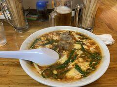 ある日の夕食  こちらも宮崎名物の、辛麺を食べに行きました。 辛麺はインスタントでか食べたことがなくお店では初めてです。なるほど、辛いですが美味しい! スープはなにがベースなんだろう、あっさりしているのですがニンニク、ニラの風味が強いです。  麺がいくつか種類があり中華麺にしましたが、こんにゃく麺がもちもちしていて人気のようです。 トッピングに乗せたナンコツが柔らかくて個人的にはとても美味しかったです。
