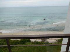 部屋からの眺め。 海岸のすぐ側です。
