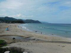 海岸には、波打ち際で遊んでいる人達の姿や、 サーフィンをしている人達の姿がありました。