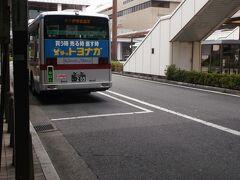 2番乗り場はどこだろうと探しながら歩きます。  あっ、あのバスかもしれない。