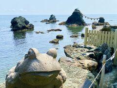 ご祭神【猿田彦大神】のお使いだというカエル  石像がいくつかありました