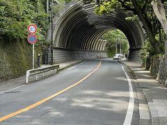 鎌倉街道 巨福呂坂洞門付近。  写真ではわかりにくいですが トンネル手前まではかなりの急坂です。  建長寺なども素通りし…