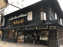 まずは友人オススメのココでしか買えないカステラを求めて、岩永梅壽軒へやってきました。風格を感じさせる黒塗りの外観でカステラへの期待も爆上がりです。