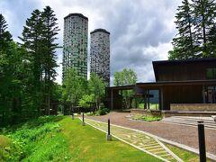 リゾナーレは、「星野リゾートザ・タワー」のさらに奥 どこかトウモロコシを思わせるザ・タワーです。