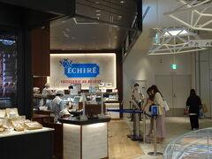 渋谷スクランブルスクエア内にあるエシレバターのお店♪横浜にも店舗あるんですがいつもすごい行列で(;´∀`) 意外と渋谷の平日昼間の方が空いているってゆう。 ずっと気になっていたのでやっと買うことができて嬉しい♪  渋谷店限定というカヌレは既に完売だったけれど、美味しいそうなスイーツたくさんGET!さすがエシレ、お値段も強気です。笑