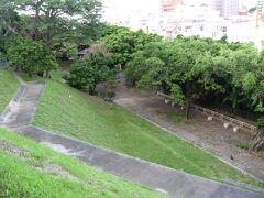 翌朝ホテルから近い希望ヶ丘公園へ、小高い丘で那覇の街を見下ろせます。 にゃんと猫がたくさん住んでます(=^・^=)