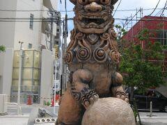 沖縄の代表的な焼き物壺屋焼きのお店が集まる通りです。
