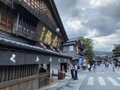 猿田彦神社を出て左に歩き  宇治浦田の交差点の少し先から  おはらい町通りに入りました  街並みが保たれていい雰囲気です  写真は有名な赤福本店  ここまで歩いて10分くらいでした