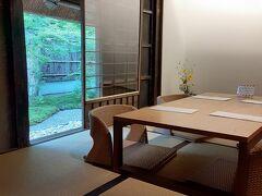 昼前に京都に到着。 そのまま嵐山へ移動。 朝食抜きで来たので、まずは「パンとエスプレッソと嵐山庭園」で軽くブランチ。 建物は旧なんとか邸宅ということで、趣のあるところ。 奥の和室で、裏庭がちょっと見えるところに案内されました。 体が固くて、体格のいい私には、座敷はしんどいのですが、あいにくテーブル席に空きがなかったので仕方がありません。