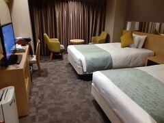 八条東口から少々歩いたところにあるホテル。 駅に近い…かどうかは、微妙な感じですが、ホテルそのものは悪くなかったと思います。 JTBで新幹線とホテルのパックを申し込んだのですが、京都駅に近く、できるだけ安いホテル…という条件で、提示されたのはこのホテルかアパホテル。 担当の方が、アパホテルよりはこちらのほうが評価が高いし、お値段も変わらないので、こちらをお勧めします…という言葉に従って選びました。  シングルルームでの予約でしたが、チェックインの時に、ツインルームに変更しましたと言われました、ラッキー♪  フロント階でエレベーターに乗るときには、ルームキーがないと、エレベーターのボタンが反応しません。 セキュリティ結構しっかりしてますね。 大浴場もありますが、女性用は暗証番号を入力しないと入れません。