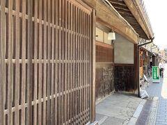 紀州街道沿いは江戸時代、岸和田城下で最も賑わう通りであった。現在も昔の造りの家並みが残っている