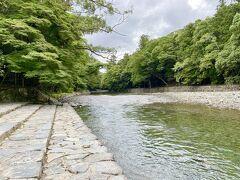 五十鈴川の御手洗場に出て  手水舎と同様にお清めをしました