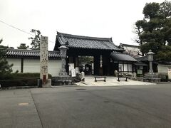 京都に降り立った時、その空は少し、曇っていた。