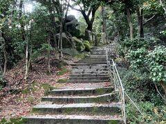 「文学のこみち」 「登りきるとまた千光寺公園へ戻ってしまうし、文学にはあまり興味がないからパスしよー」と私。 「せっかくやしちょっと見ておいでよ。待ってるから。」と母が言うので、50m程階段を駆け上って、写真だけ撮って戻りました。