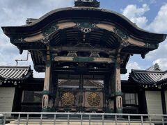 九条駅から烏丸御池駅までブラブラ歩く事にしました。 京都駅を過ぎてすぐに現れたのは東本願寺 中には入らなかったけど建物が圧巻です