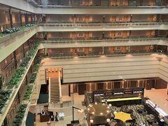 アサインされたお部屋は5階。 6階建てなので、エレベーターも2台しか無いけどそんなに待たなくてよくてよかった。 5階から見たロビー周辺。 真ん中に見えるのはラウンジ・バー クー・オ・ミディ