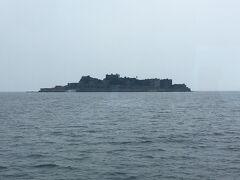 出港して40分後に島が見えてきました。黒っぽい姿が通称の通り軍艦のように見えますね!