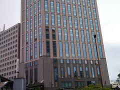 本日は、JR横浜駅西口から徒歩1分。横浜港を臨む快適な横浜のシティホテル「横浜ベイシェラトン ホテル&タワーズ」内のラウンジ「シーウインド」で、5月・6月限定「メロン&チェリーのアフタヌーンティーセット」をいただきます。