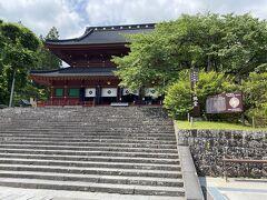 まずは重要文化財の三仏堂から見学です。