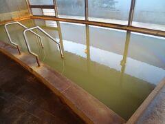 桜島から噴出した、茶褐色のお湯です。  泉質…ナトリウム塩化物泉 。 掛け流しの温泉ですが、源泉温度51.4℃と高いため加水しています。