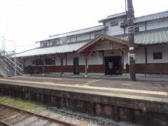 鹿児島/宮崎県境の鹿児島側、財部を通過。 財部と書いて'たからぶ'と読みます。  昭和2年4月20日に開業。 無人駅ですが、多目的ホールを併設した木造の合築駅舎「曽於市やまびこ館」が平成20年3月23日に完成しました。