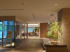 そして到着した「富士マリオットホテル山中湖」。世界を代表する高級ホテルグループ「マリオット」の1ホテルであり、ロビーは実に洒落た雰囲気。