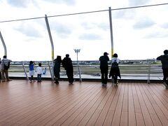 1日目、伊丹空港までは車で向かいました。 早めに着いたので、荷物を預けた後は屋上にある展望デッキで飛行機を眺めて時間をつぶします。