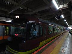 ★7:50 旅の出発は立川駅の4番ホームから。都心へ向かう人々が行き交う中、やって来た「リゾートやまどり」に乗車します。