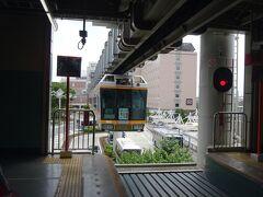 終日ほぼ7分半間隔の運転で、待つほどもなく電車が入線してきた。