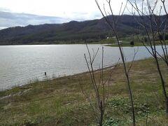 湖畔のログホテルに近づくと、胴着をつけた釣り人が、、、。