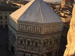 八角形が特徴のサン・ジョヴァンニ洗礼堂 大聖堂の真正面に建っています  「神曲」のダンテはフィレンツェ出身 ここで洗礼を受けました