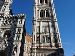大聖堂の横に寄り添う ジョットの鐘楼 (Campanile di Giotto) 高さ84.7m