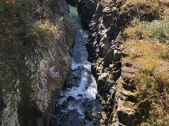 柱状節理の岩肌を洗って流れる川が、深い渓谷を作り、7キロにわたって続いている。