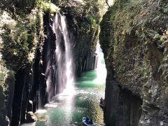 しばらく進むと峡谷が深まり、見事な滝が落ちている。 光の陰影が素晴らしい。 日本の滝百選に名を連ねる真名井の滝だ。 貸しボートから峡谷を眺めるのも趣がありそうだ。